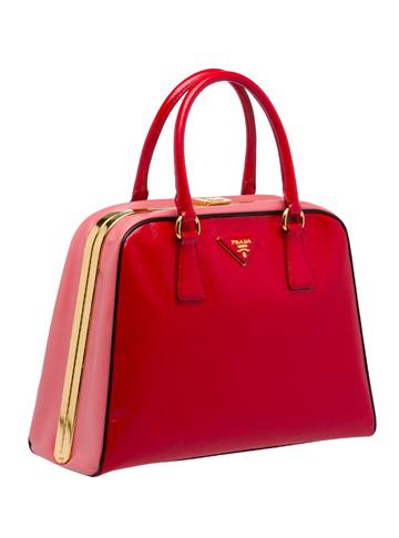 全新Pyramide包袋系列红色款简洁大方