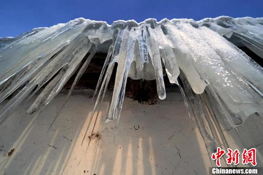 持续低温令当地民居屋檐下形成长长的冰柱.刘新 摄