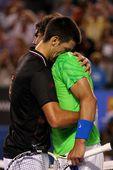 图文:[澳网]小德3-2纳达尔夺冠 赛后互相拥抱
