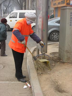 环卫工人正在清扫垃圾 陈振峰 摄