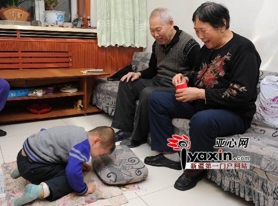 1月23日大年初一,家住乌鲁木齐铁路局八街的四岁半男孩李眷佑给爷爷奶奶姑姑磕头拜大年,拿到红包他就嚷嚷着要去买炮。图/记者 李铁军 摄