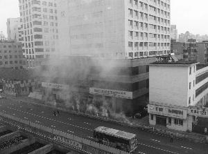 中山路二院附近路段弥漫着鞭炮爆炸产生的烟雾 匡笠 摄