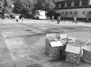 南禅寺广场残留的爆竹纸屑