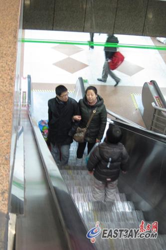 在二号线中山公园站,大理石楼板紧贴着自动扶梯旁的隔板,与扶手间仅隔十多厘米。