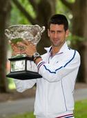 图文:德约科维奇展示冠军奖杯 微笑示人心情好