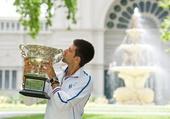 图文:德约科维奇展示冠军奖杯 亲吻奖杯很陶醉