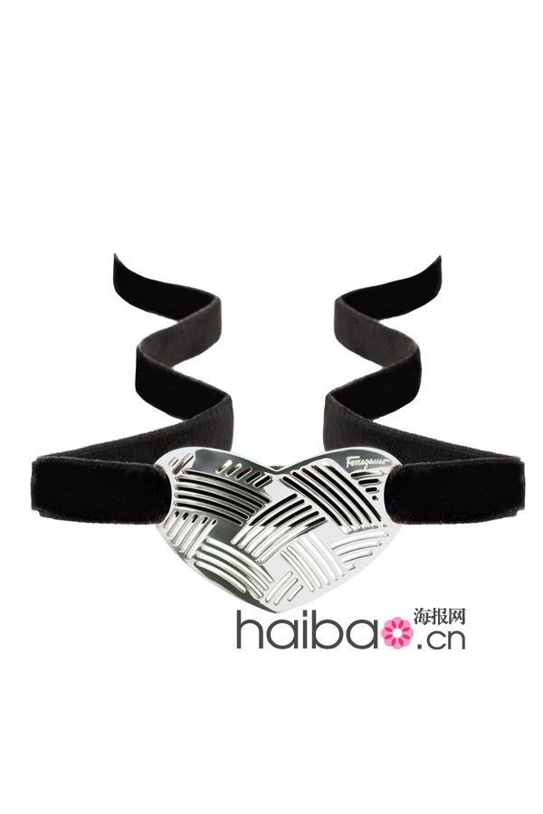 银制镂空心型手镯饰件配以黑色丝绒手带
