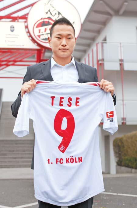 郑大世展示自己在德甲的9号新球衣