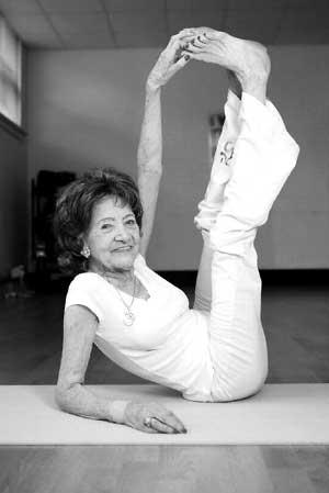 93岁老妪练习瑜伽70多年 出书讲述人生感悟(图)