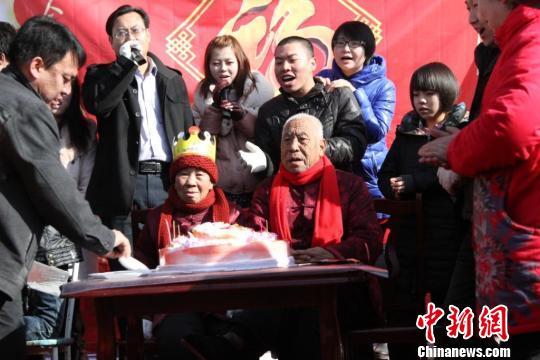 四世同堂家庭,58口人的春节联欢晚会