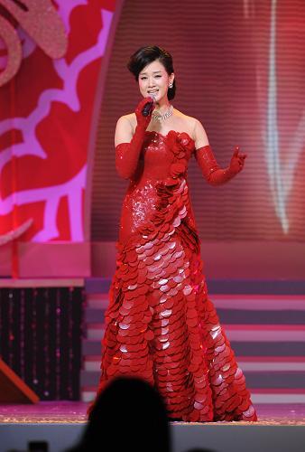 1月31日,宋祖英在晚会上演唱。新华社记者 黄本强 摄