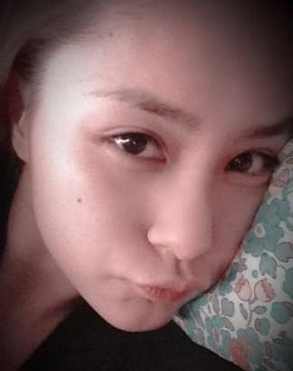 艳照门床上_艳照门四周年,阿娇(钟欣桐)30日在个人微博上传,躺在床上的素颜自拍