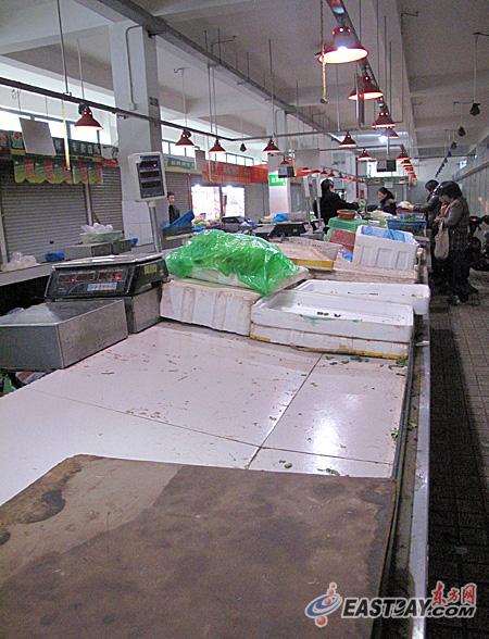 1月31日下午五点半,浦东新区一中型小区菜场内,开张营业的菜贩寥寥,蔬菜价格较贵。