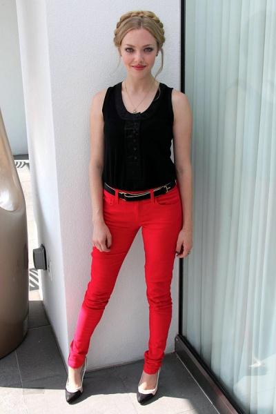 街拍红色牛仔裤