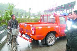 王凯兴骑自行车从广西回四川过年。 警方供图