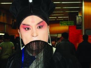 化妆间里,高长志刚刚画好妆。