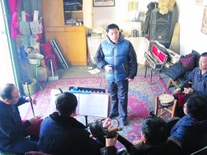 高长志在剧社与戏友练习。