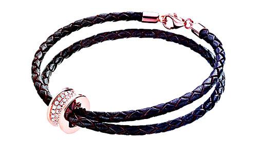 手链连18K玫瑰金钻石吊坠,价值$14,900。将白色黄金和玫瑰金手链吊坠结合一同佩戴,别有意义。