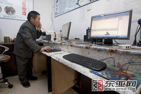 在服务中心监控平台旁的邵兴合 记者 施忠威 摄
