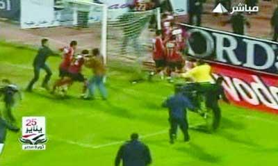 球迷冲进球场大打出手。