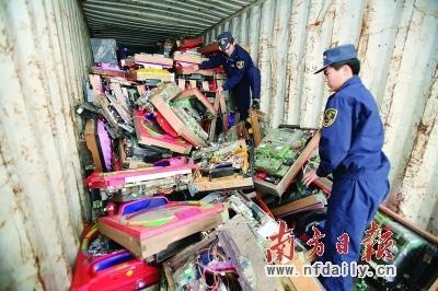 海关对进口固体废物进行严格甄别,严查违法进口和高污染废物流入国内。 刘从新 摄