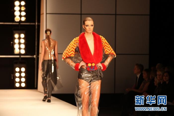图为模特展示中国设计师刘睿越的时装作品.新华社发(吴波摄)