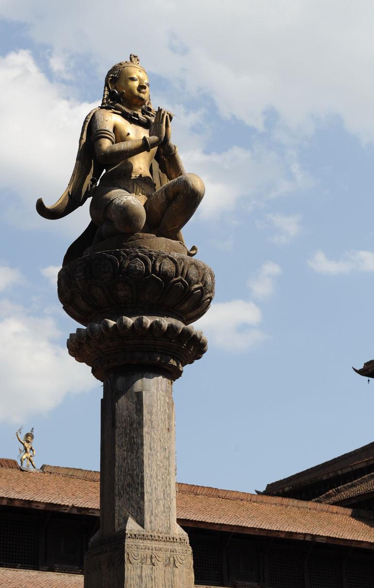 帕坦皇宫广场的国王雕像柱(于世文摄)