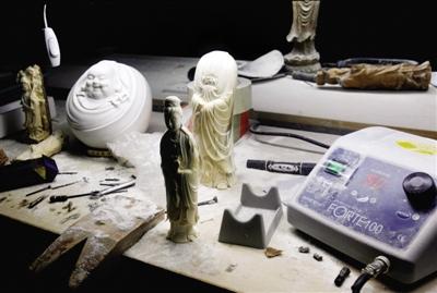 2011年9月,广州一家象牙雕刻厂,工人正雕刻象牙作品。