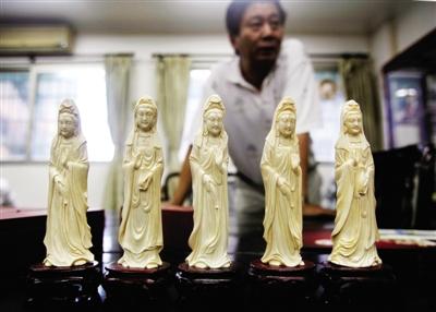 2011年9月,广州一家工艺品企业,销售人员展示象牙雕观音。