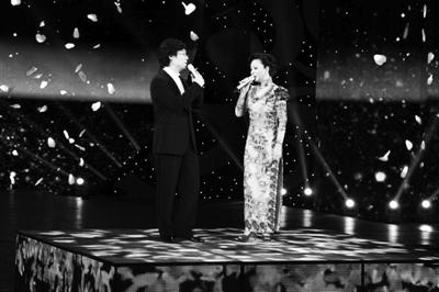 """蔡明以一身绿色长裙优雅亮相,搭档廖昌永,翻版了今年春晚中的""""金曲""""《因为爱情》。"""