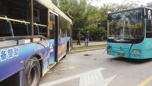 两辆公交大巴相撞后,车头均不同程度损坏。