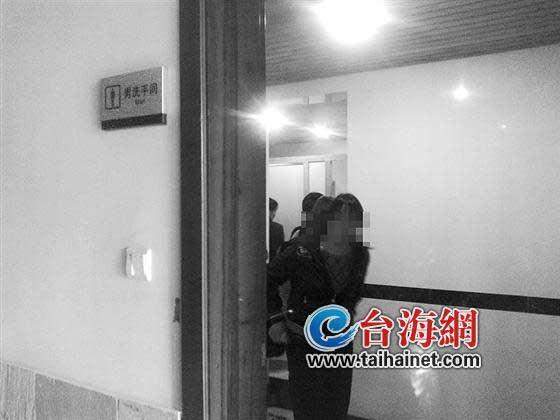 女子在男厕里上厕所(图片由市民王先生提供)