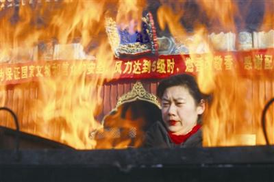 雍和宫又遇上香高峰 截至上午11时涌进近1.7万人 此外 为了防火白云观规定—— 上香碰上大风 保安代劳