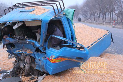 三轮车被撞瞬间遭神秘转移_106国道邱县段一轿车与农用三轮车相撞2人被困(组图)