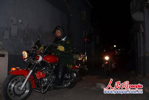 2月6日晚上,记者在鼓楼附近的胡同看到消防员驾驶消防摩托车正在检查火患。李争杰 摄
