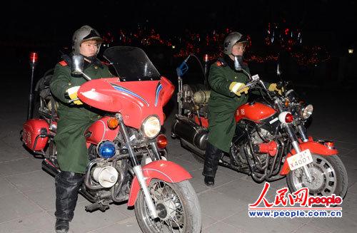 2月6日晚上,记者在鼓楼附近的胡同看到消防员驾驶消防摩托车正在检查火患。(李争杰 摄)