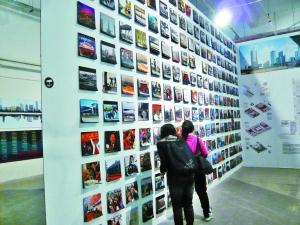 市民在华侨城创意文化园b10展厅参观.深圳商报记者 刘瑜摄图片