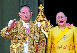 泰国国王普密蓬(左).(资料图片)-登基60年 英国女王 仍要 为民服