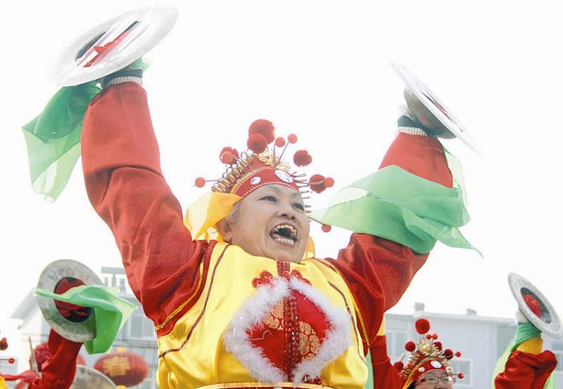 殘冬民間融化在歡快熱烈的社火心愿中,一年的余寒揉進于糯潤香甜的初中那個好臨洮圖片