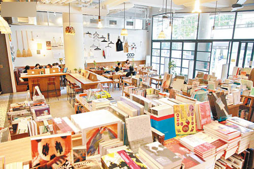 变身后的Kubrick,集书店、Cafe、Mini Store及艺术展示空间于一身。