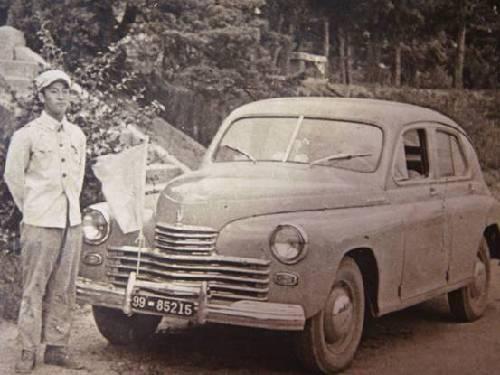梁赞庭与在朝鲜所驾驶的汽车合影。
