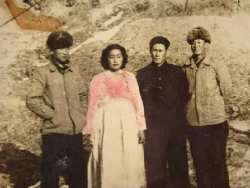 梁赞庭(右一)与朝鲜当地人合影,摄于1956年。