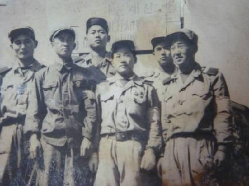 梁赞庭与朝鲜同志在朝鲜板门店的合影,摄于1953年。