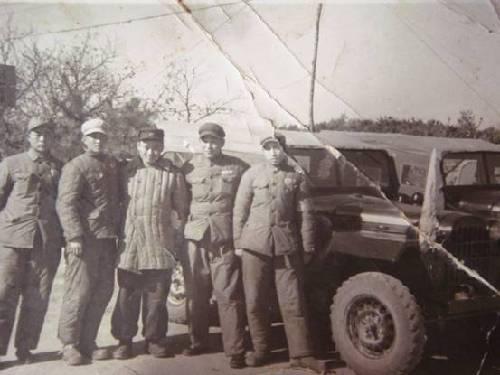 梁赞庭(左二)与战友在朝鲜板门店军事分界线的合影,摄于1954年。