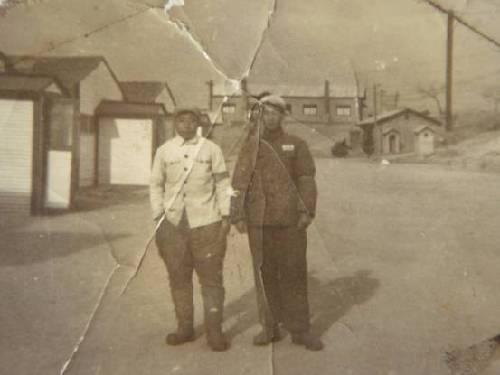 梁赞庭(右一)与战友在朝鲜板门店合影。