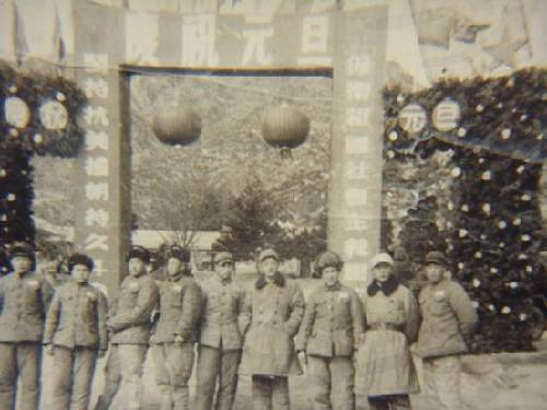 梁赞庭(左四)与战友在朝鲜欢度元旦。