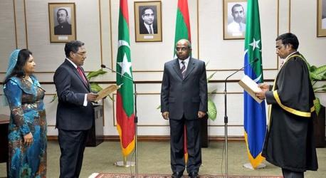 马尔代夫副总统瓦希德左二当日在首都马累参加宣誓仪式