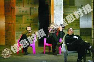 """昨日下午,记者走访广州最大的鸡蛋批发市场东旺市场看到,受""""假鸡蛋""""事件影响,有些档口由于没有生意,店员闲得打瞌睡。"""