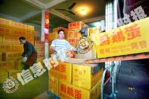 由于工商人员在场抽检,昨日,东旺蛋品批发市场各档口的蛋品等到下午4点多才允许装卸,生意大大受影响。信息时报记者 郭柯堂 摄