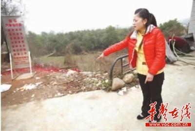 2月7日,长沙捞刀河彭家巷,服务员小张回忆吴学年被礼炮炸后的情景。记者 武席同 摄